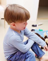 Ein dreijähriger Junge weint
