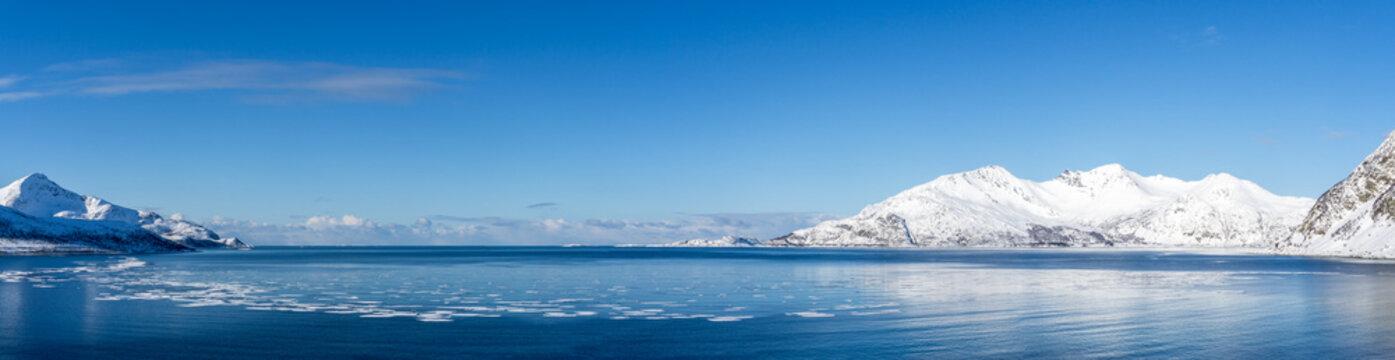 Panorama vom Grøtfjord in Norwegen im Winter