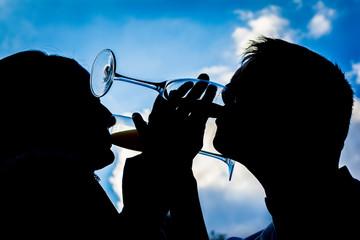 Silueta novios bebiendo
