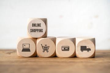"""Würfel mit Aufschrift """"Online Shopping"""" und Einkauf-Symbolen"""