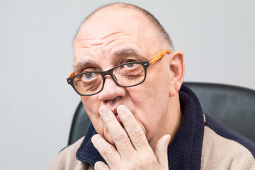 portrait vieil homme avec lunettes sur fond gris