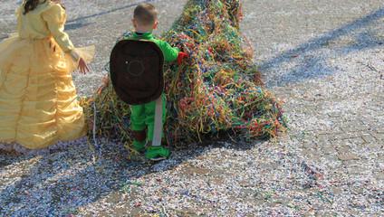 bambini di spalle vestiti di carnevale con coriandoli