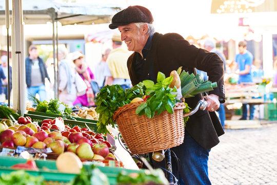 Mann Fahrrad Einkauf Markt Mütze Obst