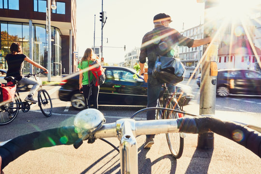 Radfahrer Gefahr Fahrradweg Ampel warten