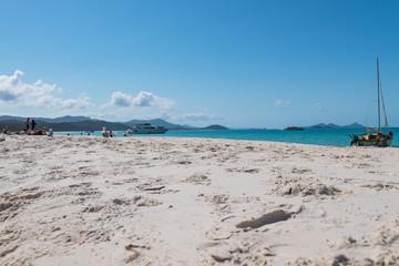 Blick über den Sandstrand zum Meer