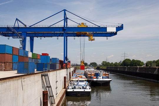 container verladung in einem Binnenhafen