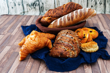 Fototapete - freshly baked French bread table background