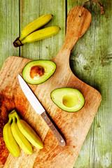 bananen mit avocado von oben