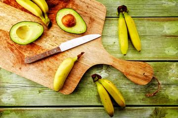 avocado und bananen von oben