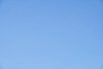 Wolkenloser blauer Himmel in verschiedenen Farbtönen und leicht schweifenden Wolken
