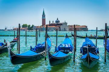 Gondoles bleues à Venise Italie