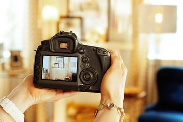Closeup on DSLR camera in hand of female interior photographer Fotobehang