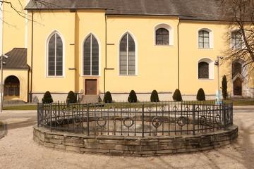 Blick auf die Basilika St. Michael im Zentrum der Stadt Mondsee in Österreich