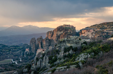 Photo sur Toile Algérie Sunset in Meteora, a rock formation in central Greece, hosting one of the largest and most precipitously built complexes of Eastern Orthodox monasteries, second in importance only to Mount Athos.