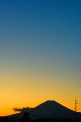 富士山と青空に浮かぶ白い雲