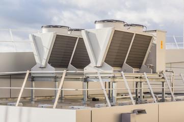 Gebäudetechnik moderner Luft Wasser Wärmetauscher auf einem Gebäudedach - Building technology modern air Water Heat exchanger on a building roof