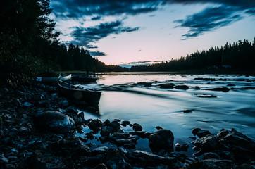 Kanu am Fluss in der Abenddämmerung
