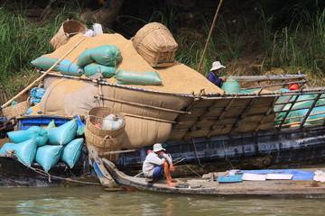 transport de marchandise sur le Mékong au Cambodge