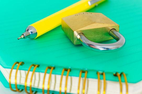 Block mit Vorhängeschloss zum Thema Datenschutz