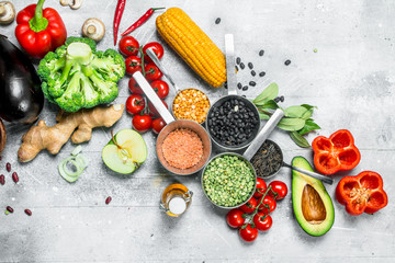 Photo sur Aluminium Cuisine Healthy food. Assortment of organic vegetables and fruits with legumes.
