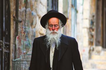 Vieillard déambulant dans les rues de Jerusalem