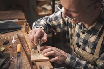 Handwerker arbeitet auf einer rustikalen Werkbank