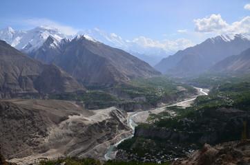 パキスタンのフンザの絶景 美しい山と村と森林とフンザ川
