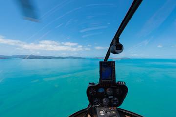 Cockpit eines Helikopters über dem Ozean im Landeanflug
