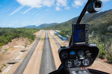 Blick aus dem Cockpit eines Helikopters beim Landeanflug