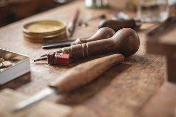 Nahaufnahme rustikaler Werkzeuge mit Holzgriff