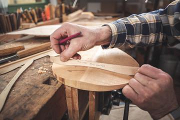 Instrumentenbauer bei der Herstellung einer Mandoline