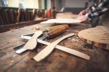 Schablonen und Beitel auf einer rustikalen Werkbank