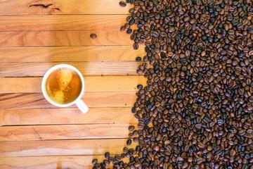Canvas Prints Coffee beans Taza de café y granos de café en fondo de madera. Vista superior.