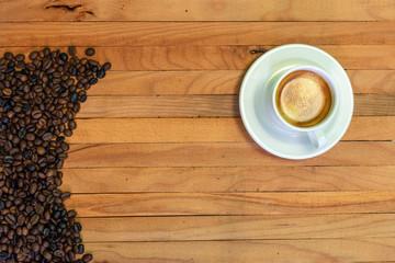 Printed roller blinds Coffee bar Taza de café y granos de café en fondo de madera. Vista superior.