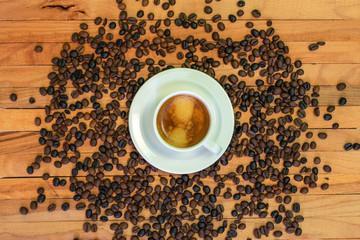 Foto auf AluDibond Kaffee Taza de café y granos de café en fondo de madera. Vista superior.