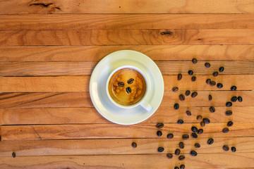 Door stickers Coffee beans Taza de café y granos de café en fondo de madera. Vista superior.
