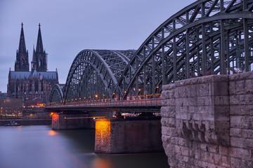 Kölner Dom und Hohenzollernbrücke kurz vor Sonnenuntergang. Panorama aus Köln.