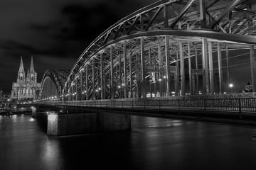 Hohenzollernbrücke und Kölner Dom am Rhein bei Nacht , Sonnenuntergang in Schwarz Weiß