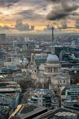 Blick über die Dächer von London auf die St. Pauls Kathedrale bei Sonnenuntergang