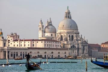 Gondeln in Venedig vor Kirche Salute