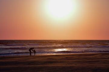 Madre e hija disfrutando el atardecer en la playa - día de las madres