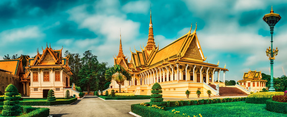 The throne hall inside the Royal Palace in Phnom Penh, Cambodia. Panorama Fototapete
