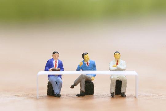 席につく3人のビジネスマン