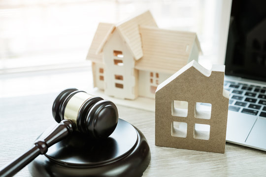 Judge gavel / house model, Ideas for foreclosure in real estate auction and bidding home. Business judgment by E-commerce online Auctions held over internet. Conflict lawsuit from not paying home debt