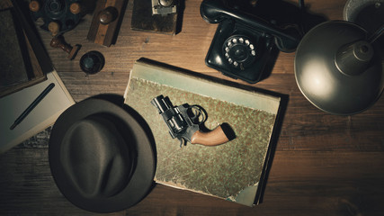 Noir 1950s style detective desktop with revolver - fototapety na wymiar