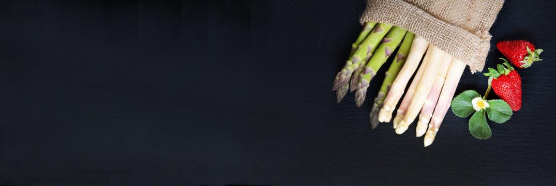 Spargel, grün und weiß, Erdbeeren, auf Schiefer, Banner, Header, Headline, Panorama, Textraum, copy space