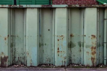 Grüne Spundwand aus Metall im Hafen