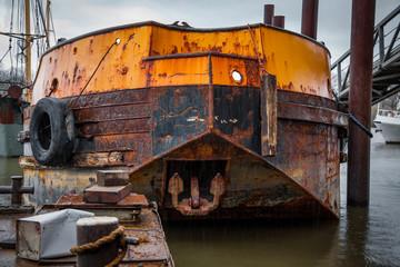 Rostiges Schiff am Anleger