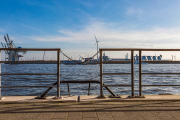 Hafenansicht im Hamburger Hafen mit Kränen und Windrad