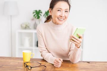 スマートフォンを見るシニア女性